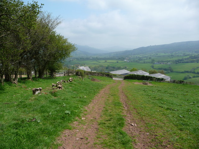 Field access track and field edge path above Pen-y-beili farm