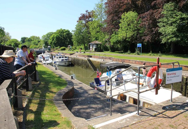 Boats leaving Romney Lock