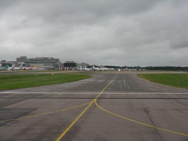 Gatwick Airport North Terminal Postcode >> Crossing Runway 26R © M J Richardson cc-by-sa/2.0 :: Geograph Britain and Ireland