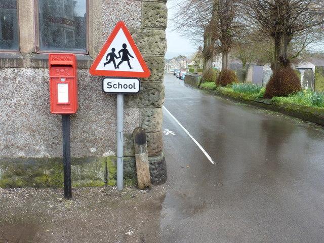 Youlgrave: postbox № DE45 1262, Alport Lane