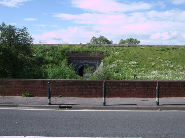 Intercity mainline bridge over River Cole beside A420