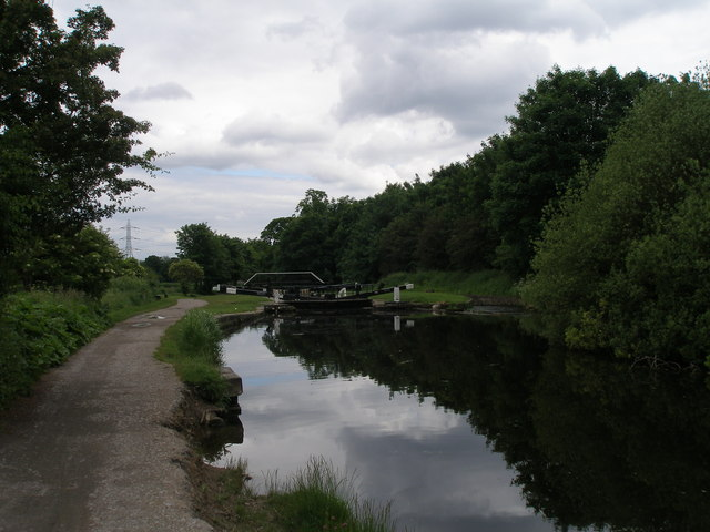 Approaching Kirkstall Lock