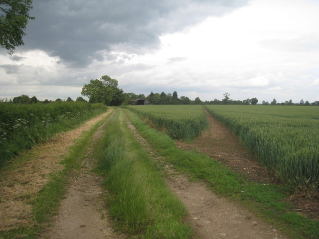 Farm track to Stragglethorpe Grange and the footpath to Brant Broughton