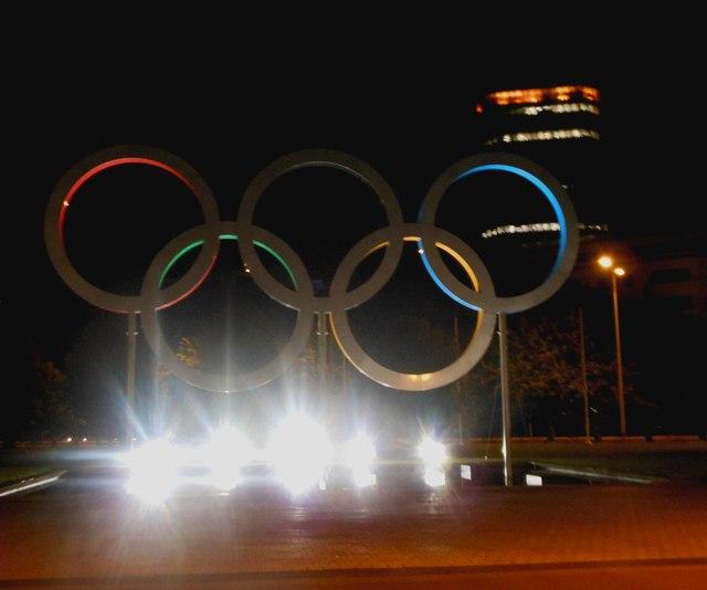 Olympic rings in front of Cardiff City Hall  / Y cylchoedd Olympaidd o flaen Neuadd Dinas Caerdydd