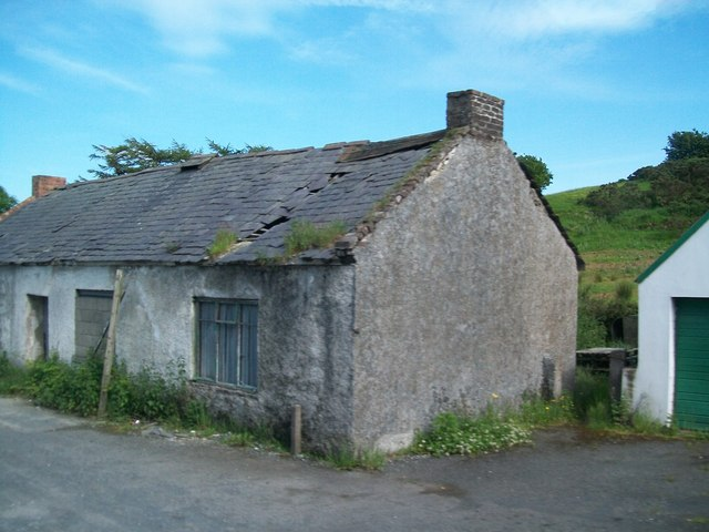 Derelict cottage facing the southern end of Cross Road