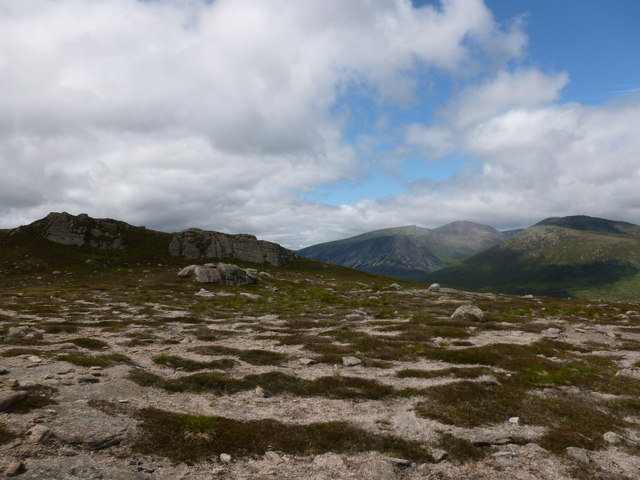 Small granite tors and wind-striped vegetation on Sgòr Mòr