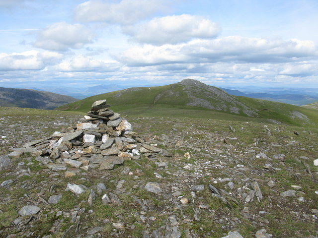 Cairn on the minor top of Meall nan Aighean