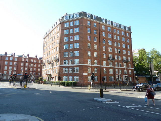 Building on the corner of Buckingham Palace Road and Pimlico Road