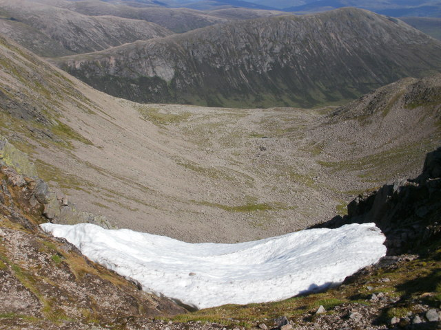Snow cornice between Cairn Toul and Stob Coire an t-Saighdeir