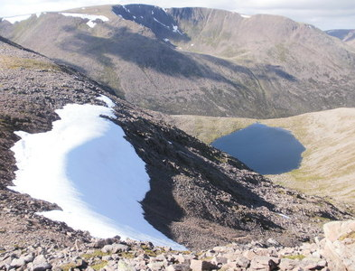 NN9597 : Lochan Uaine from the bealach by Peter S