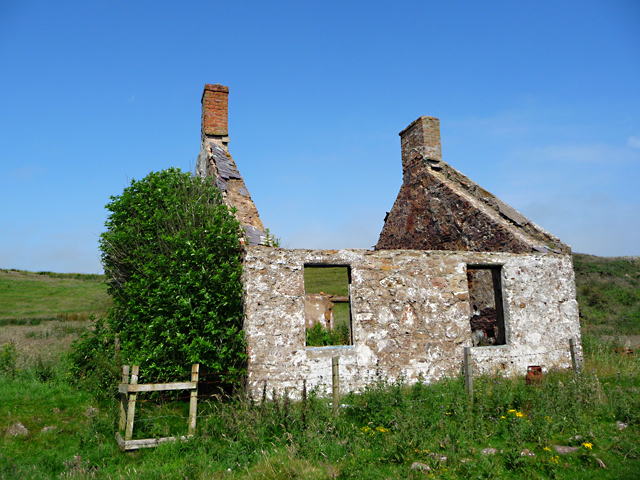 Ruined bothy by the Pans