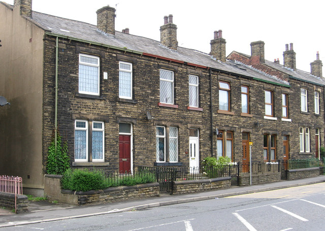 Heckmondwike - terrace on High Street (Hill Top)