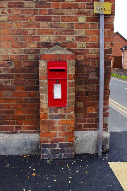 Queen Elizabeth II wall-mounted postbox, Newlands, Pershore