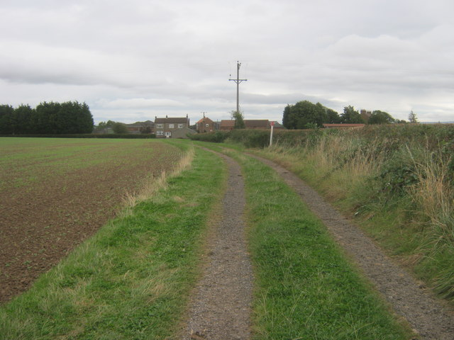 Farm track with bridleway status leading to the farmyard at Fardeneside Farm