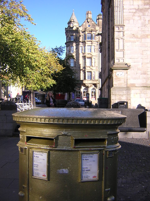 Edinburgh: golden postbox, Hunter Square