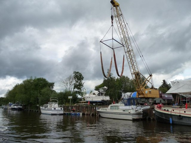 Boat crane at Stourport Marina