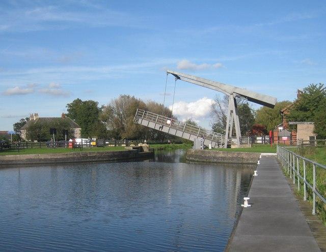 Bringing a boat through Top Lane Bridge (3)