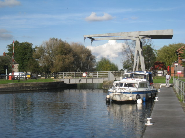Bringing a boat through Top Lane Bridge (7)