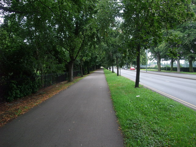 Cycle Route 6 entering Nottingham alongside the A6005