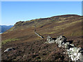 NN6859 : Dry stone wall extending to Ceann Caol na Creige by Trevor Littlewood