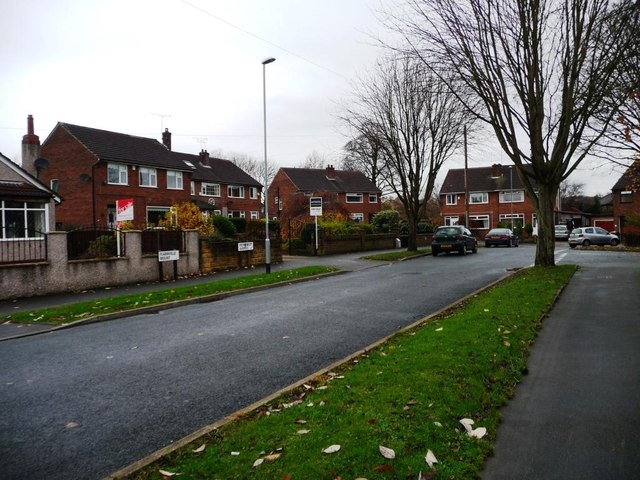 Junction of Fearnville Mount  and Reinwood Avenue