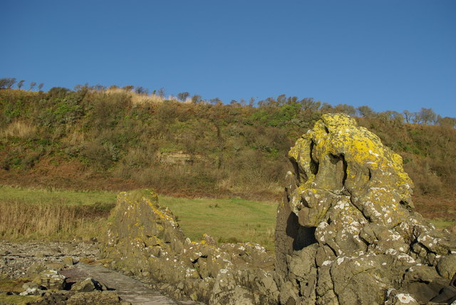 Igneous dyke below Auchenhew