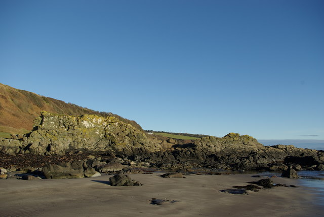 Igneous dyke & beach below Levencorroch