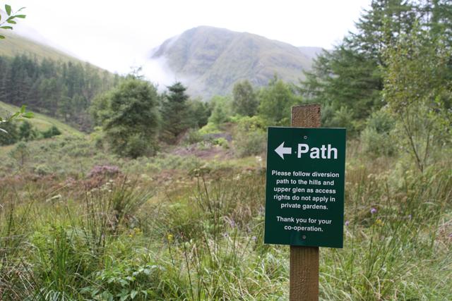 Footpath sign, Gleann-leac-na-muidhe