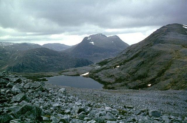 White quartzite boulders on NE ridge of Stob Ban