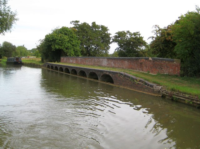 Grand Union Canal: River Tove overflow weir