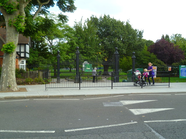 Looking into Lammas Park from Northfield Avenue