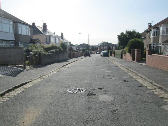 Gipton Wood Crescent - looking towards Easterly Avenue