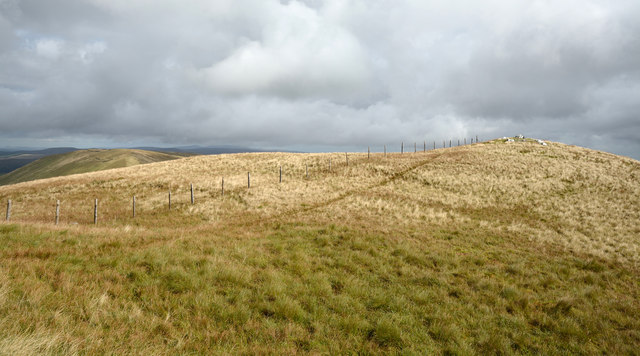 Fence crossing summit area of Foel Hafod-fynydd