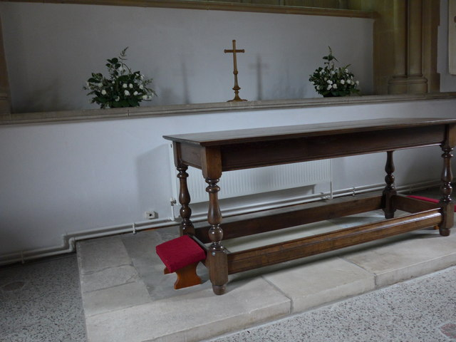 Christ Church, Totland: altar