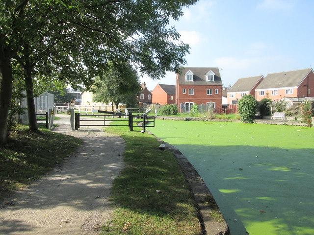 Green canal at Gallows Inn Lock