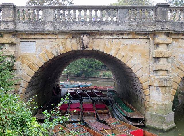 Punts under Magdalen Bridge