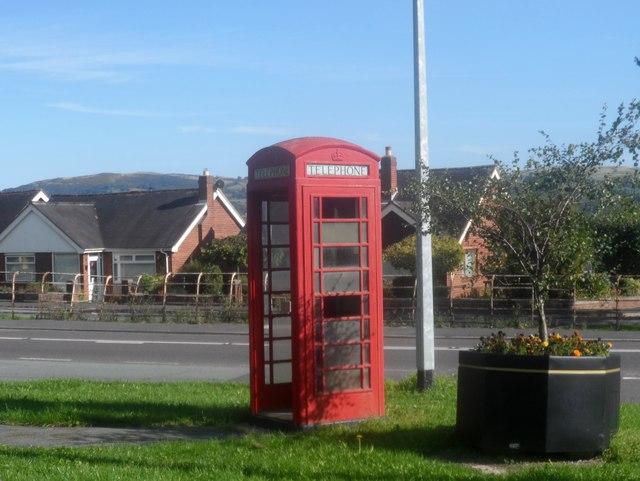 Blwch ffon traddodiadol / A traditional phone kiosk