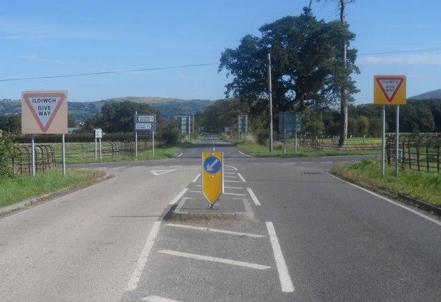 Croesffordd gyda arwyddion amlwg / A well-marked crossroads