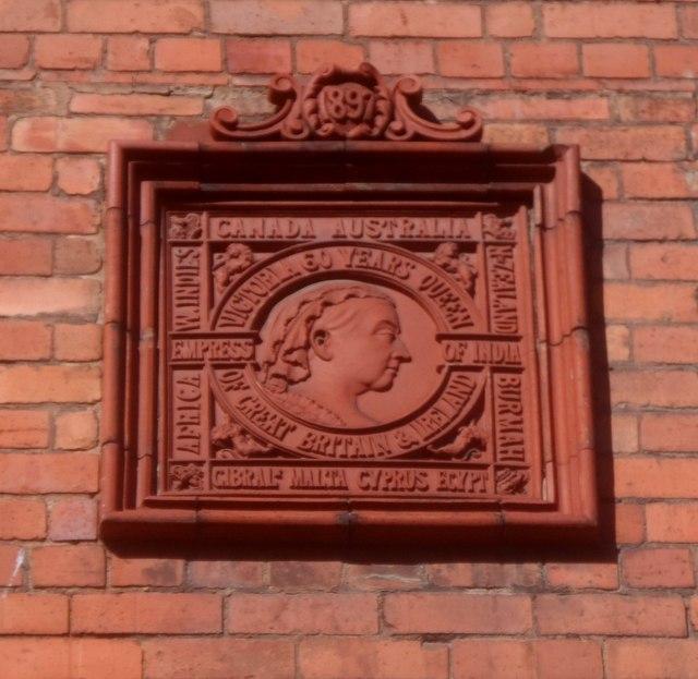 Teil i ddathlu chwedegmlyddiant teyrnasiad Fictoria / A tile to celebrate Victoria's diamond jubilee