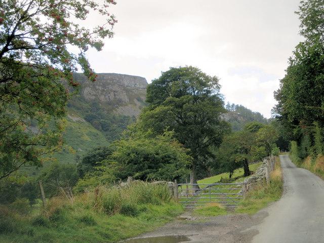 Farm track leaves Waterfall Street west of Tyn-y-Celyn