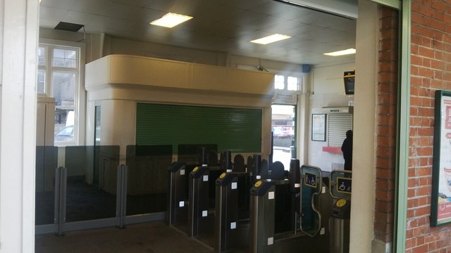 Thornton Heath station: ticket barriers and newsagent's booth