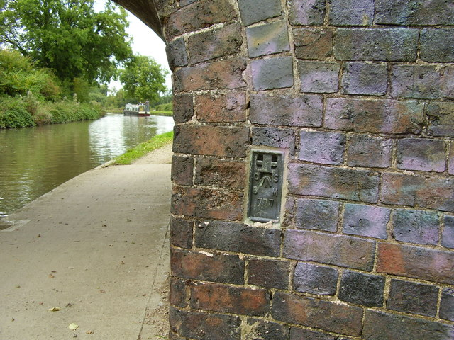 Ordnance Survey flush bracket no. 777 on Turn Over Bridge