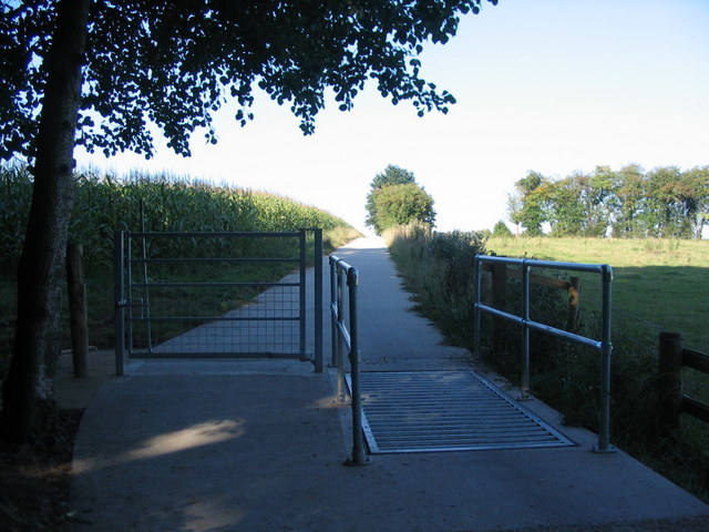 Gate and cattle grid, cycle route 52