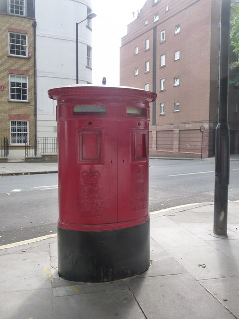 London: new postbox on Rosebery Avenue