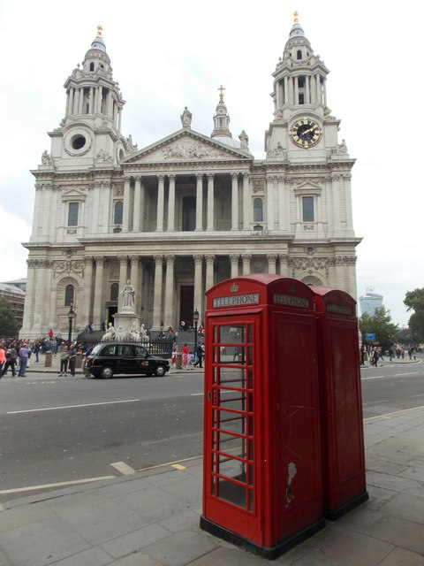 City of London: red telephone boxes, St. Paul's Churchyard