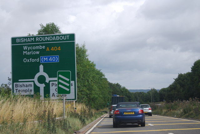 A404 approaching the Bisham Roundabout