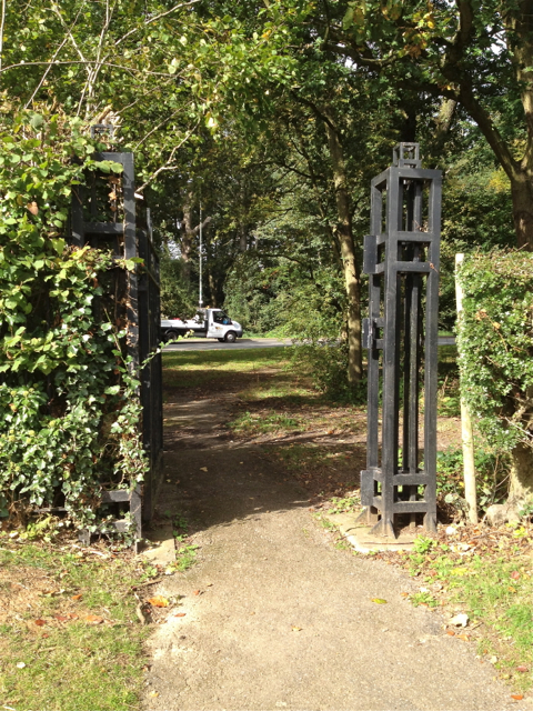 Pedestrian gate to Kenilworth Road, War Memorial Park northwest
