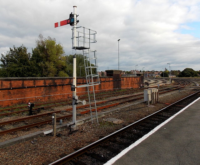 Semaphore signal at the SE end of Shrewsbury railway station
