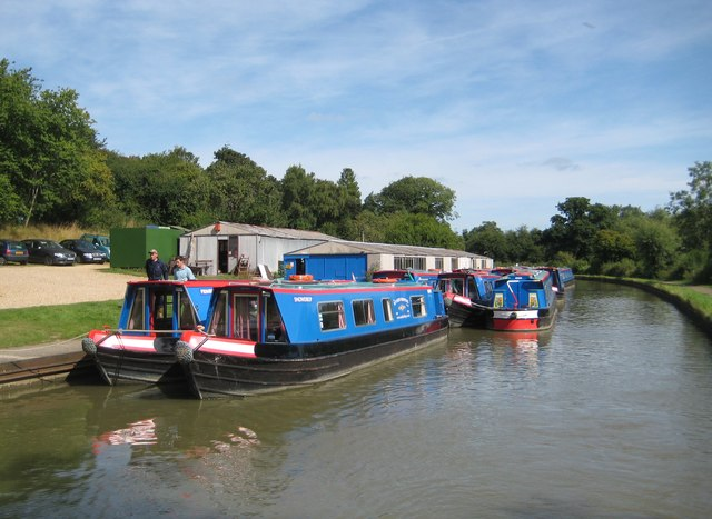 Grand Union Canal: Wyvern Shipping moorings in Linslade