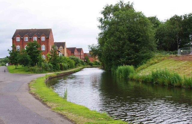 Staffs & Worcs Canal & housing in Alder Avenue, Kidderminster